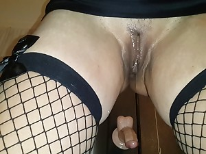 Dilettante Milf Squirts tough in Fishnets